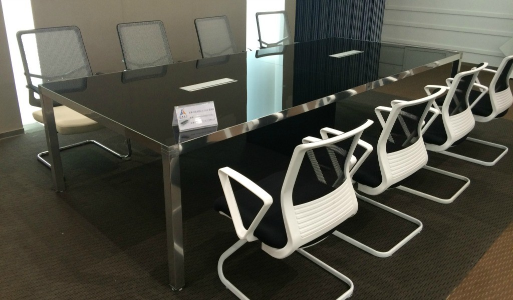 conference-table-in-black-glass